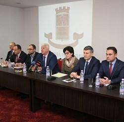 Кметът Здравко Димитров отчете своите 100 дни заедно със заместниците си. Снимки: Евгени Цветков