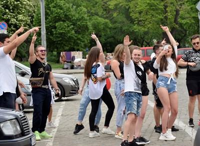 """Абитуриенти се забавляват на площада пред """"Св. Ал. Невски""""."""