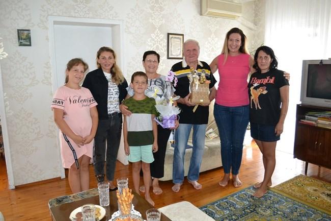 Кметът на Нови Искър Даниела Райчева и заместничката й Веселка Петкова изненадаха семейството за празника
