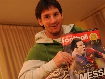 """Меси гордо позира с днешния брой на """"Франс футбол"""" с новината за коронясването му за футболист на годината. Снимка """"Франс футбол"""""""