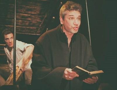 """Свежен Младенов има номинация за """"Аскеер"""" за главна мъжка роля в пиесата """"Великденско вино"""". Зад него - клисарят (Йордан Ръсин)."""