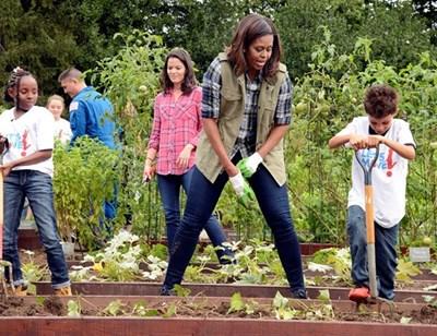 Докато бе първа дама на САЩ, Мишел Обама активно участваше в програма срещу затлъстяването на американските деца. Тя отглеждаше дори зеленчуци в градините на Белия дом. СНИМКА: РОЙТЕРС