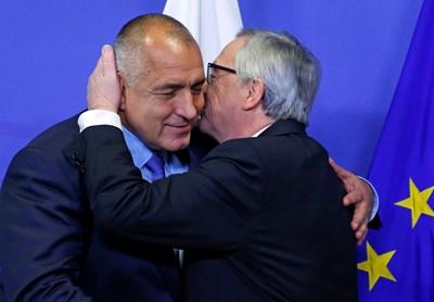 Една от емблематичните целувки, с които започват срещите на Жан-Клод Юнкер и премиера Бойко Борисов.