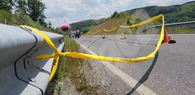 """Труп на велосипедист е открит в канавката на главния път за ГКПП """"Маказа"""" СНИМКИ: Ненко Станев СНИМКА: 24 часа"""