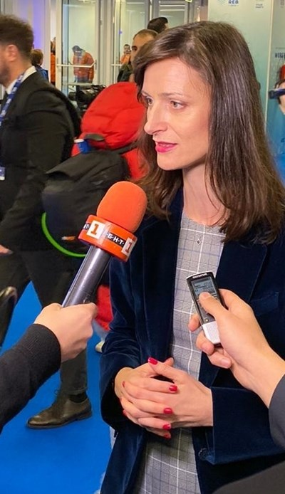 """Мария Габриел пред журналисти, сред които е пратеникът на """"24 часа"""" Митьо Маринов, малко преди началото на конгреса на ЕНП"""