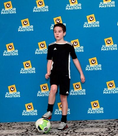 8-годишният Иван Кирязов демонстрира умения с топката по време на представянето на проекта.