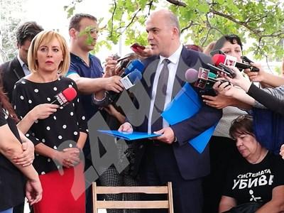 Омбусманът Мая Манолова и социалният министър Бисер Петков  СНИМКИ: Румяна Тонева СНИМКА: 24 часа
