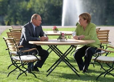 Меркел и Путин разговаряха на 4 очи в градината на замъка Мезеберг. СНИМКА: РОЙТЕРС