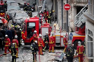 """Трагедията, разиграла се на улица """"Тревизо"""", недалеч от прочутия магазин Галерия Лафайет, е мобилизирала 200 пожарникари и 100 полицаи.  СНИМКИ: Ройтерс"""