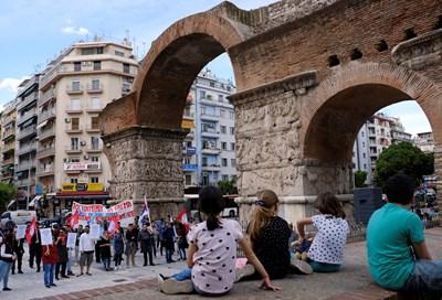 Служители от туристическия бизнес протестират в центъра на Солун заради щетите, понесени от бизнеса. СНИМКА: РОЙТЕРС