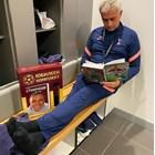 Жозе Моуриньо чете автобиографията на Христо Стоичков СНИМКА: Инстаграм/josemourinho