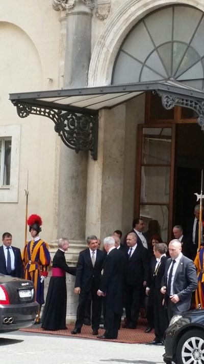 Швейцарските гвардейци посрещнаха президента Плевнелиев във Ватикана. СНИМКА: Елица Гилтяй