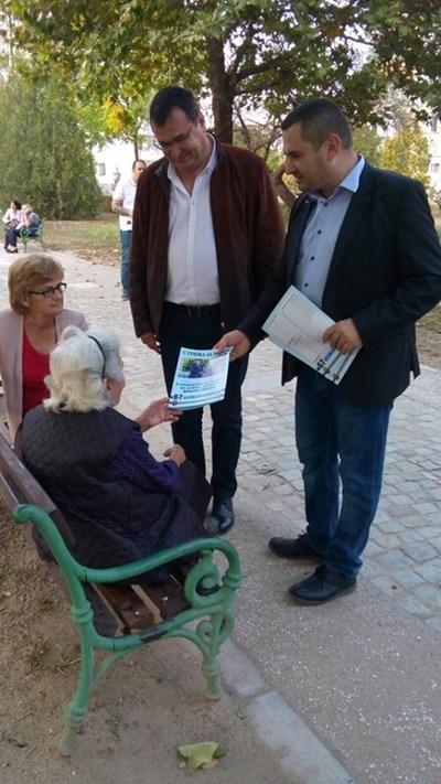 """Славчо Атанасов и Апостол Шопов разговарят с жители в """"Тракия""""."""