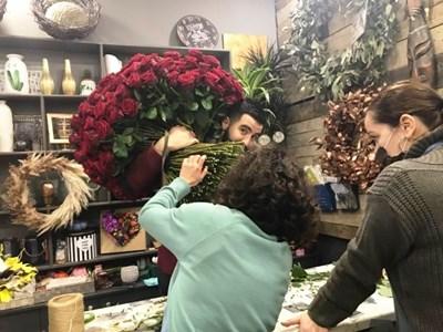 Огромният букет от 365 рози  е бил поръчан в бургаския бутик от Франция. Снимка:Соня Георгиева