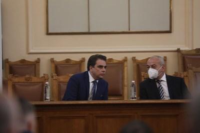 Финансовият министър Асен Василев наблюдава дебата между социалния Гълъб Донев и шефа на бюджетната комисия Любомир Каримански.  СНИМКИ: НИКОЛАЙ ЛИТОВ