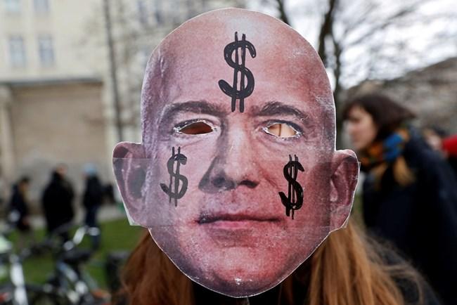 """Жена носи маска на Безос на протест срещу отварянето на нов офис на """"Амазон"""" в Берлин."""
