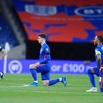 Английски национали коленичат преди мач.