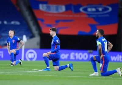 Английски национали коленичат преди мач. СНИМКА: РОЙТЕРС