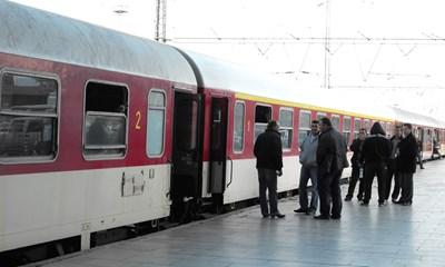 Влак на БДЖ престоя 125 минути между гарите гарите Сливен и Гаврaилово, заради повреден пантограф на локомотива.
