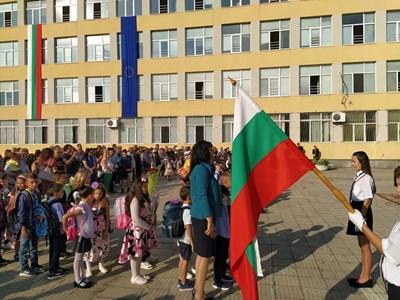 """Дворът на ОУ """"Драган Манчов"""" се изпълни с ученици и родители, но при спазване на мерките. Снимки: Авторът"""