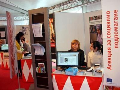 В шатрата на социалното министерство пред Паметника на съветската армия в София до края на седмицата социални експерти консултират безплатно за възможностите за заетост у нас и в ЕС по линия на Европейския социален фонд. СНИМКА: РЕНЕТА ПОПОВА .