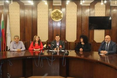 Отляво надясно Димитър Недев, Златомира Стефанова, Пенчо Милков, Магдалина Илиева, Енчо Енчев. Снимка: Авторът