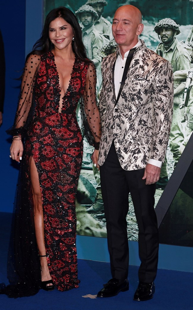 Откакто тръгна с любовницата си Лорън Санчес, богаташ номер едно в света започна да се облича лъскаво и екстравагантно.