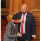 По идея на най-новия си колега - Деан Станчев (централно на снимката), депутатите от ВМРО са с маски в цветовете на партийното знаме.