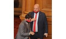 Тренд - партийното знаме в маските на депутатите