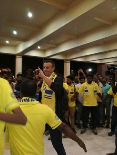 """Димитър Бербатов крачи сред """"жълтото море"""" на летището в Индия, облечен с жълта тениска на """"Керала"""" и закичен шалче на клуба."""
