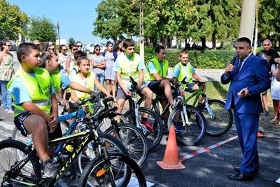 Шефът на ОДМВР- Велико Търново ст.комисар Димитър Машов даде старт на състезание с велосипеди СНИМКА: Община Велико Търново