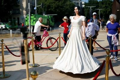 Министърката е изобразена облечена в бяла рокля и загледана в огледало с човешки ръст СНИМКИ:  РОЙТЕРС