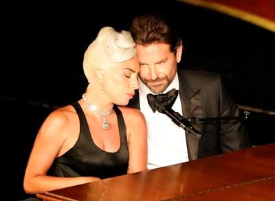 Брадли Купър и Лейди Гага пеят на оскарите буза до буза.