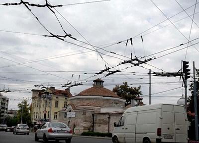 Демонтаж на тролейбусни жици запуши част от Пловдив