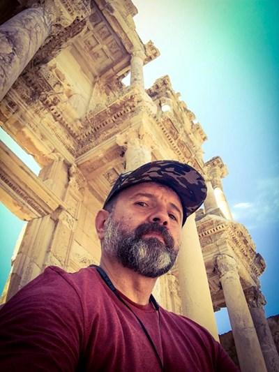 В Ефес, Турция, пред колоните на древната библиотека СНИМКИ: ЛИЧЕН АРХИВ