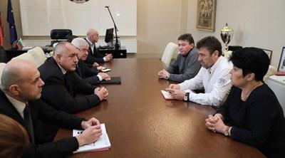 В четвъртък премиерът Бойко Борисов свика спешна среща със здравния министър Кирил Ананиев, вицепремиера Томислав Дончев, шефа на НЗОК д-р Дечо Дечев и Сдружението на общинските болници, за да обсъдят проблемите на лечебните заведения. Ден по-късно държавата им отпусна допълнителни средства.