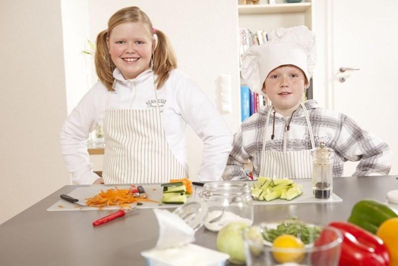 Един от съветите за изграждане на здравословни навици, е децата да бъдат приобщени в приготвянето на храната.