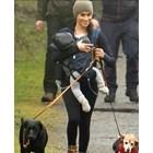 Меган на разходка с Арчи и двете им кучета в парк на остров Ванкувър