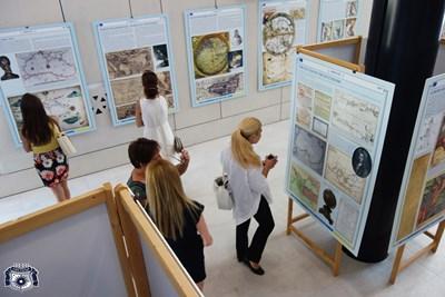 Изложбата се радва на голям брой посетители, които с интерес разглеждат уникалните карти.