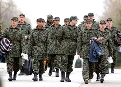 Последните наборни войници влязоха в казармата през 2007 г. Тези наборници са от Плевен. СНИМКА: Румяна Тонeва