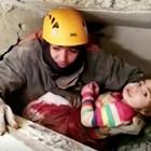 Спасител вади 2-годишното момиченце от развалините на рухнал блок.