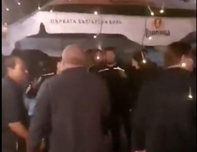 В четвъртък след забележка група роми нападат седящите в заведението с хвърляне на столове и удари. Кадър и видео Фейсбук