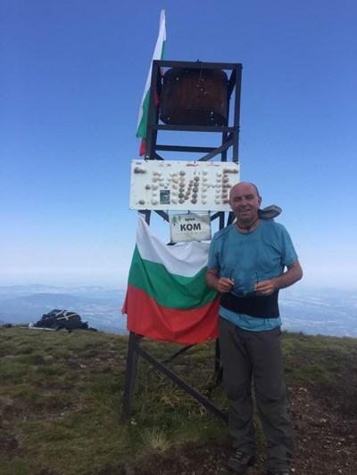 Юнал Тасим на тръгване от връх Ком СНИМКА: Личен архив