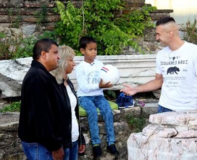 """Голмайсторът на """"Берое"""" Мартин Камбуров подари днес футболна топка на малкия Байрам от старозагорското село Тъжа, който получи бъбрек от баба си. СНИМКА: Ваньо Стоилов"""