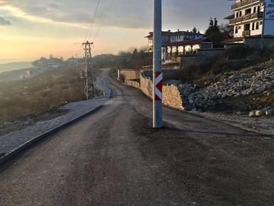 Стълбът по средата на път в Арбанаси е обезопасен с табели, ще го местят