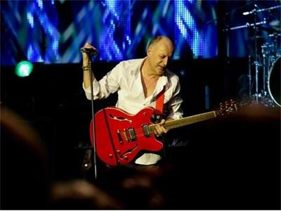 """С червената китара """"Уошбърн"""""""