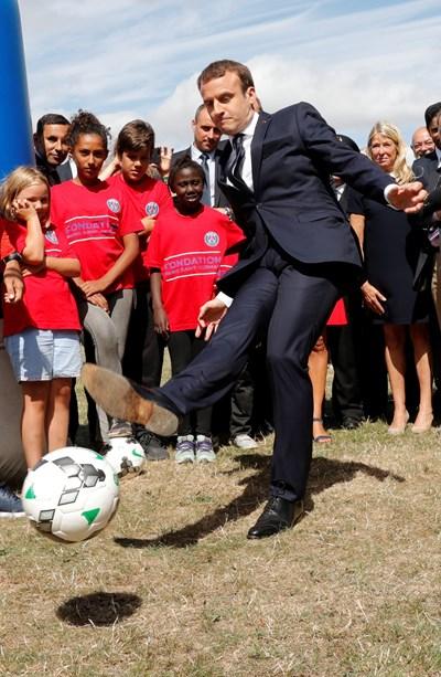 Макрон рита топка в детски летен лагер. СНИМКА: РОЙТЕРС