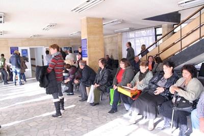 Десетки чакат пред кабинетите на ТЕЛК.