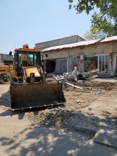 """С машини събарят сватбения дом на Джамисет Джафер в """"Столипиново"""". Снимки: """"24 часа"""""""