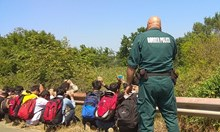 """Само в """"24 часа"""": Задържаха група бежанци край Китен (Снимки)"""